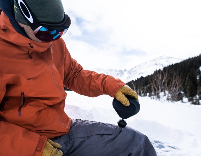 snowboarder using device on thigh