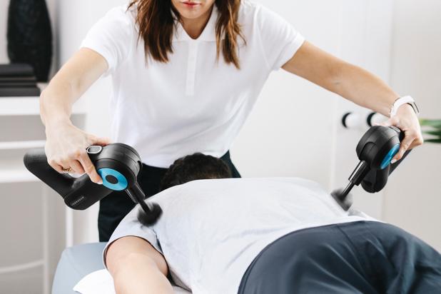 Theragun G3PRO: pistola de masaje de terapia de percusión de categoría  profesional con estuche de viaje. - Therabody