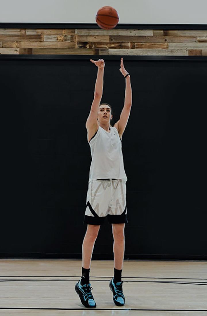 Breanna Stewart playing basketball